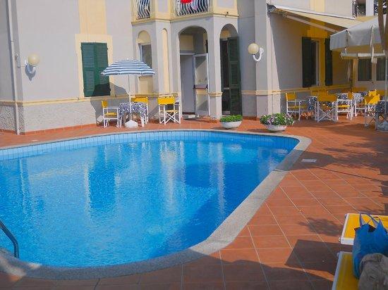Celle Ligure, Italy: La piscina e l'Albergo.
