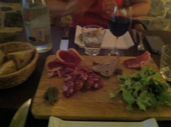"""Restaurant La Mangeoire : la Mangeoire"""" plat de charcuterie locale"""