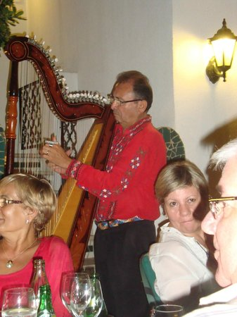 Premier Gran Hotel Reymar & Spa: Entertainment: Paragyuan musicians at the Diana