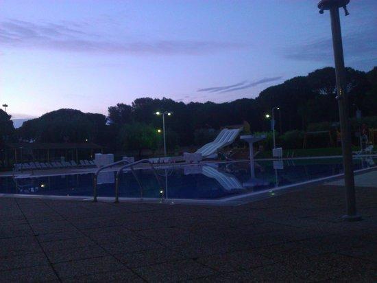 Camping Sandaya Cypsela Resort: Swimming pool taken at Dawn