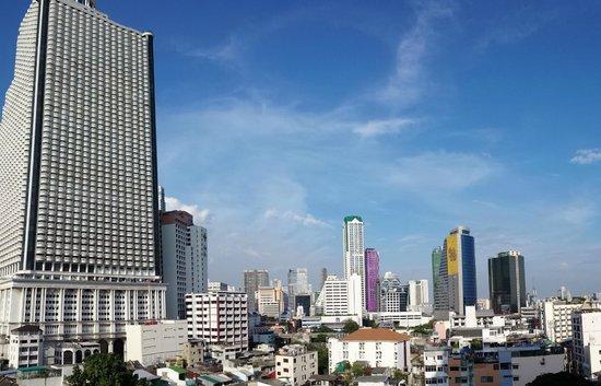 Centre Point Silom: Vista dalla piscina,lato sinistro