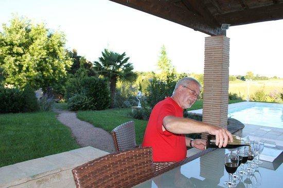 Le Mas Bleu : Alain nous fait goûter son vin de noix