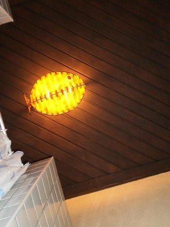 Pousada Marambaia Do Porto: detalle de lampara en forma de pez en el techo