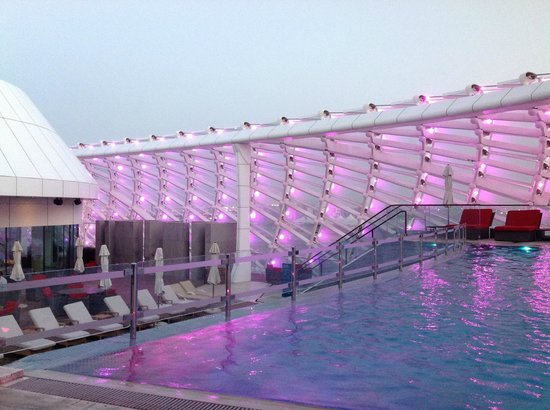 Yas Viceroy Abu Dhabi: Top floor pool area