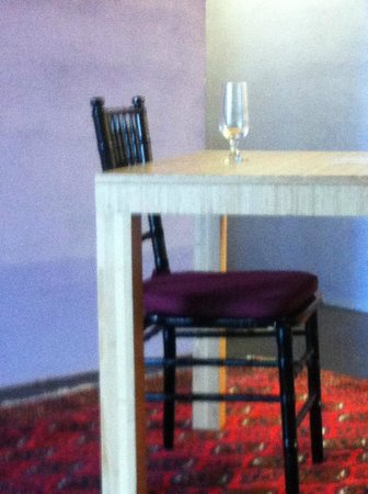 Inn at The Black Olive : Table in room
