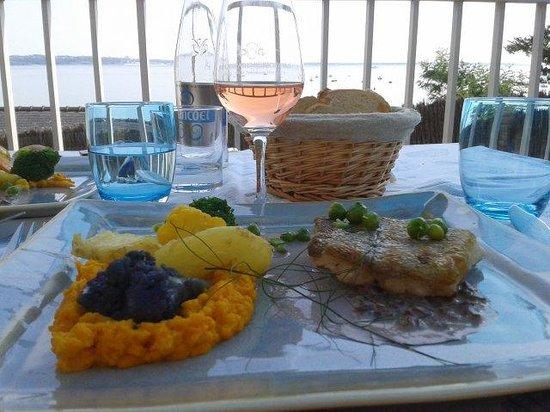 Hotel & Restaurant Belle Vue : Le plat : filet d'aiglefin grillé et des petits légumes