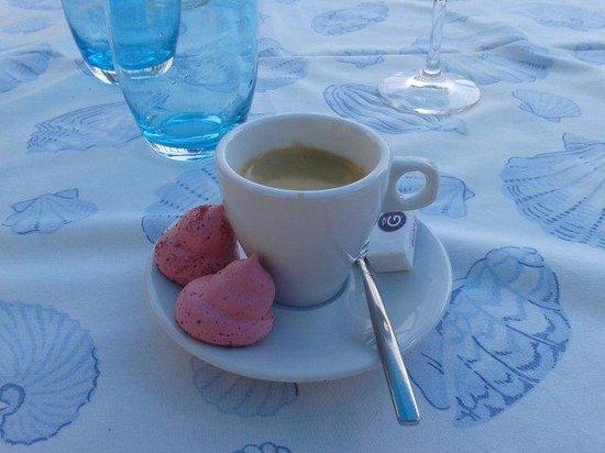 Hotel & Restaurant Belle Vue : Café et meringue à la violette