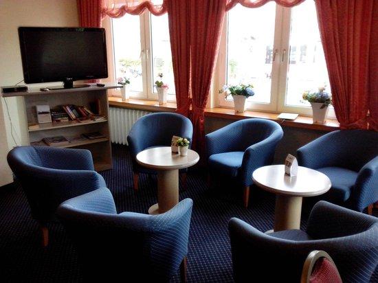 Excelsior Hotel Luebeck : Salottino con TV
