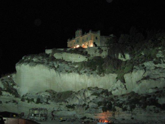 La Pineta: Panoramica della chiesa di sera dalla strada della spiaggia