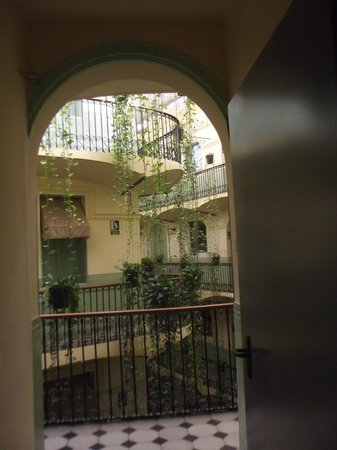 Hotel Peninsular: Plantes vertes en cascades dans le patio.
