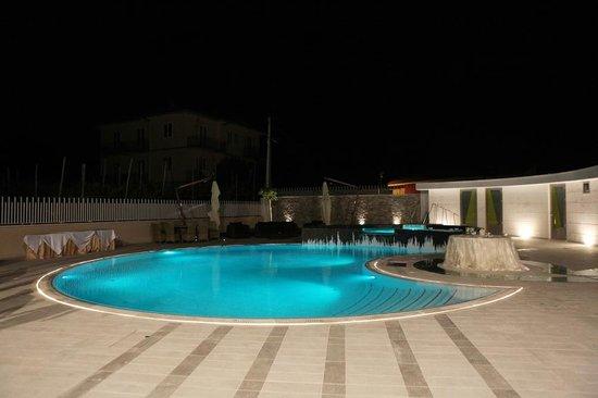 Hotel Le Rocce: La Piscina di Sera
