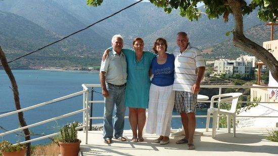 Valentino Apartments and Studios: noi con Nikki e Xistos sulla terrazza