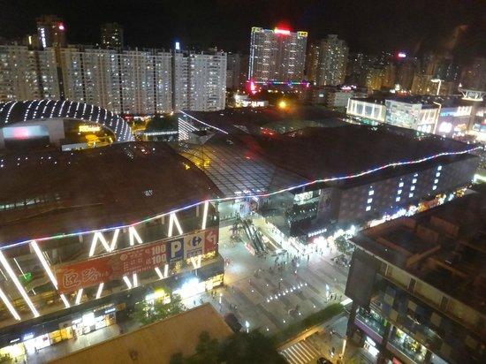 Kempinski Hotel Shenzhen: Vista noturna (shopping)