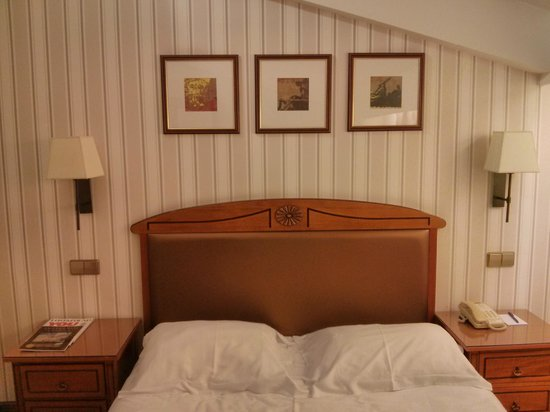 Park Plaza Victoria Amsterdam: Bedroom: Ugly Furniture And An Uncomfortable  Bed