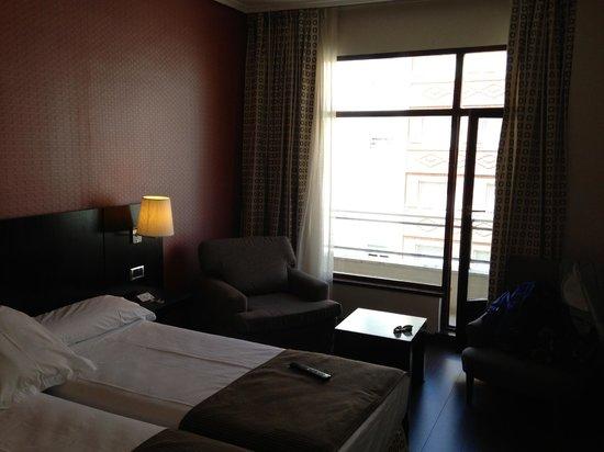 Hotel Conde Duque Bilbao: Camera 601 - con poltrona e balcone