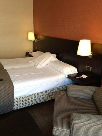 Hotel Conde Duque Bilbao: Letto della stanza superior 601