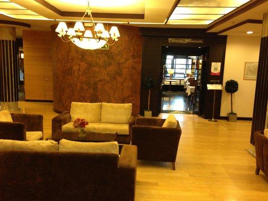 Hotel Conde Duque Bilbao: Lobby vista dall'uscita dell'ascensore