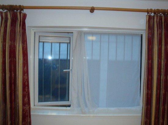 مابل هوتل: Gitter im Fenster von Raum 38