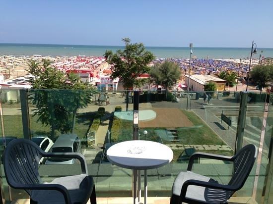 Hotel Regina: Veduta sulla spiaggia.