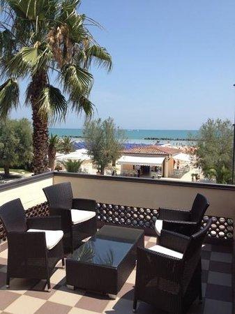 Terrazzo attrezzato al 1piano - Picture of Hotel Continental, San ...