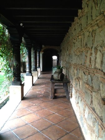 El Convento Boutique Hotel: Walkway to our room