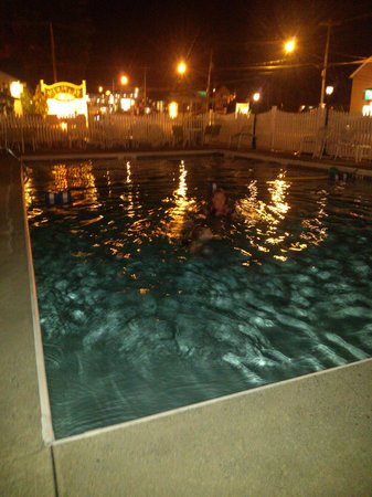 Heritage of Lake George Motel: Swimming time before getting ready for bed