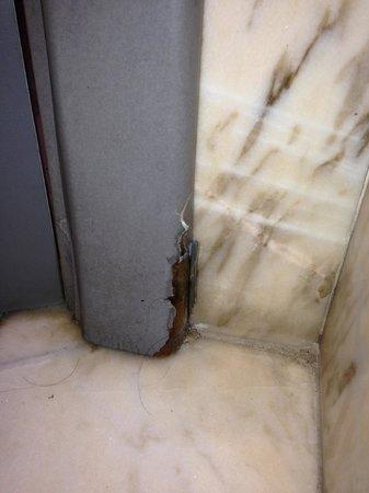 Hotel Restaurante Europa: Degrado e sporcizia varie- porta del bagno