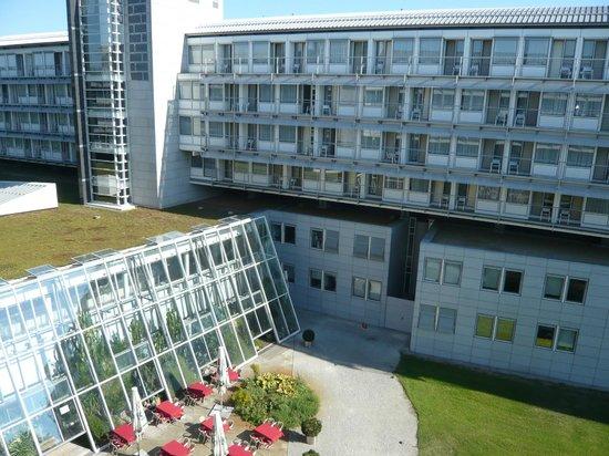Kongresshotel Potsdam am Templiner See: Blick vom Zimmer auf den Innenhof