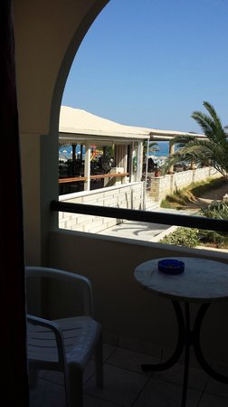 Odyssia Beach Hotel : right by the bar that was open til 1am