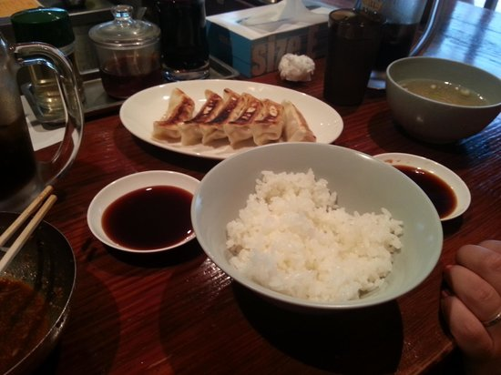 Harajuku Gyozaro: Gyoza, riso e brodino