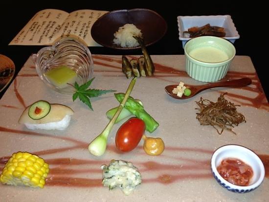 Ryokan Sakaya: 八寸大皿 山里の恵み