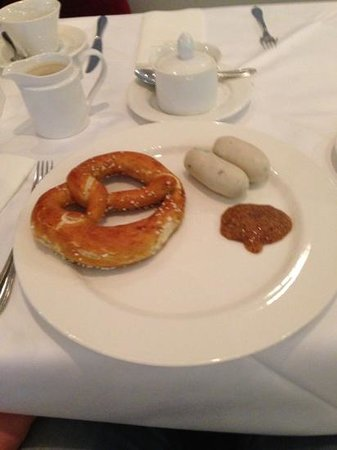 Hotel Vier Jahreszeiten Starnberg: Weißwurstfrühstück mit Brezel