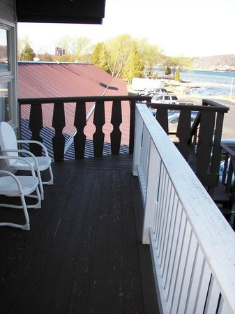 Sunset Motel on the Bay: Deck near our room