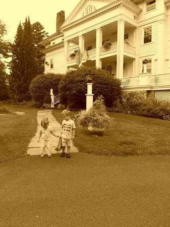 Wake Robin Inn: the kids out front of the inn