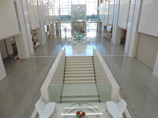 le hall d\'entrée très design et sans ame - Picture of Avra ...