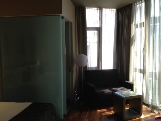 Chambre picture of h10 casanova barcelona tripadvisor for Chambre barcelona
