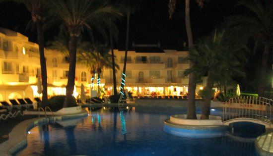 Hoposa Hotel & Apartments Villaconcha: Villaconcha at night