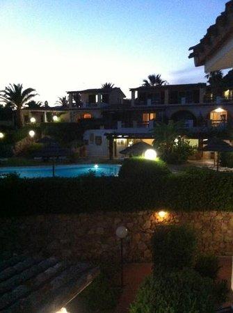 Residence Le Bouganville : vista notturna piscina e bar