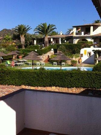 Residence Le Bouganville : piscina dal terrazzo manutenzione giardino da dieci e lode