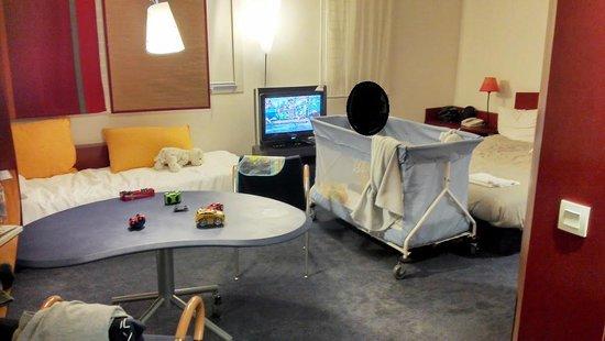 Novotel Suites Paris Nord 18ème: lit/tv