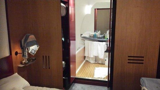Novotel Suites Paris Nord 18ème: salle de bain/douche