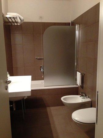 Hotel Piazza Bellini: Baño sala de estar