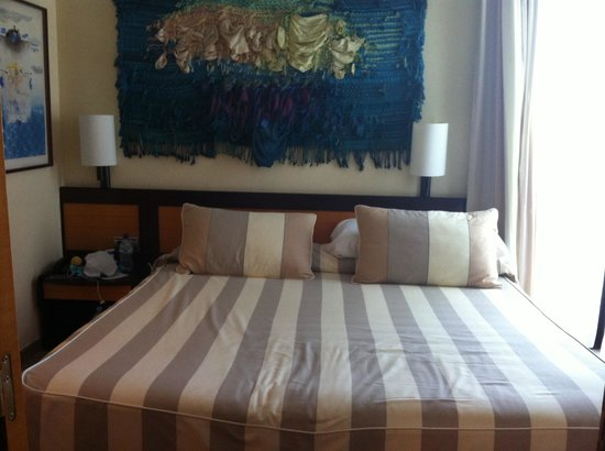 Hotel Estela Barcelona - Hotel del Arte: King size bed - easy for 2 adults and a child!
