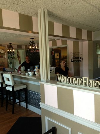 Ginny's Cafe: Looking at the Counter from the front door