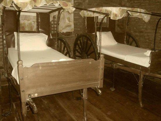 Grandpa's Inn : our grand calesa bed :)
