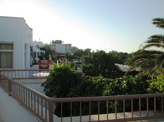 Dolunay Apart Otel: Back towards pool and bar