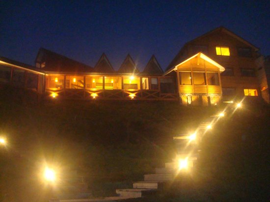 Weskar Patagonian Lodge: Nosso quarta é o da luz acesa lá em cima. esquecemos de apagar...rs