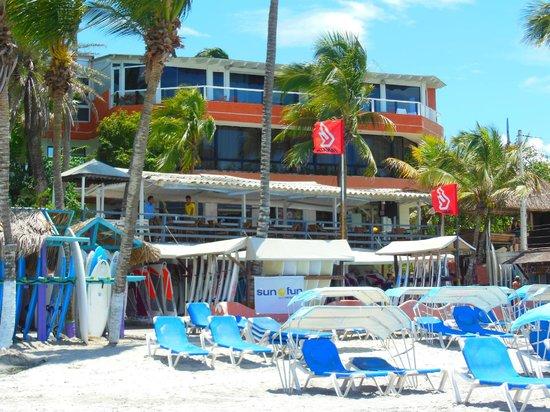 Hotel Windsurf Paradise: El hotel desde la playa
