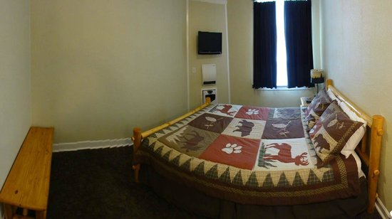 The Cariboo Inn: Single Room Queen Bed