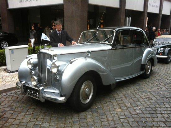 Four Seasons Hotel Ritz Lisbon: Passeio com carros antigos patrocinado pela Peugeot do Brasil